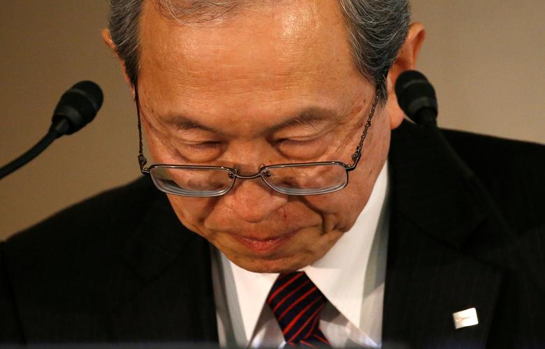 Toshiba Corp CEO Satoshi Tsunakawa bows during a news conference at the company's headquarters in Tokyo, Japan March 14, 2017. REUTERS/Issei Kato