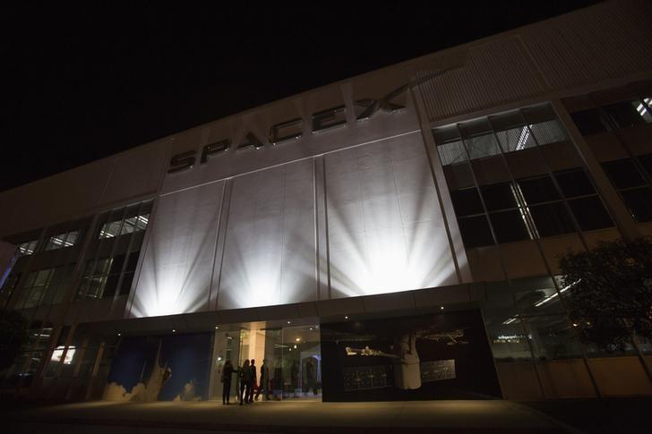 An exterior of the SpaceX headquarters in Hawthorne, California May 29, 2014.  REUTERS/Mario Anzuoni