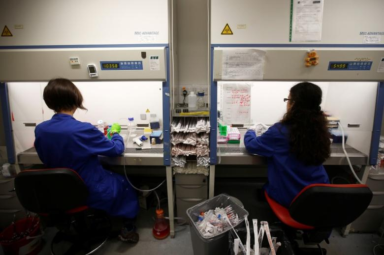 Scientists and post-graduate students working in cancer research laboratories at the Old Road Campus research building at Oxford University, in Oxford, Britain May 11, 2016.  REUTERS/Peter Nicholls/File Photo