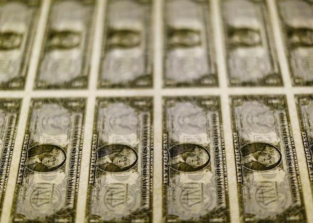 3月14日終盤のニューヨーク外為市場では、ドルが主要通貨に対して上昇した。写真はドル紙幣、ワシントンで2014年11月撮影(2017年 ロイター/Gary Cameron)