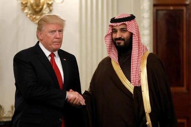 3月14日、サウジアラビアのムハンマド・ビン・サルマン副皇太子(写真右)の上級顧問は、副皇太子とトランプ米大統領(写真左)の会談について、2国間関係の「歴史的転換点」になったとの見方を示した。写真はワシントンのホワイトハウスで、会談時に撮影(2017年 ロイター/Kevin Lamarque)