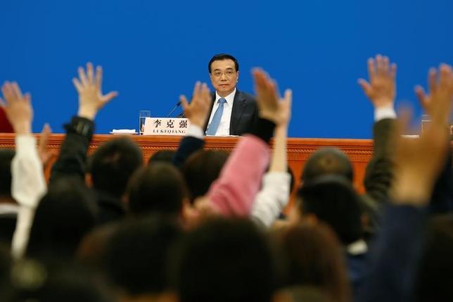 3月15日、中国の李克強首相は、南シナ海の平和と安定の維持を望むと表明し、南シナ海の安定に向けた「行動規範」を巡る東南アジア諸国連合(ASEAN)との協議を進める考えを示した。写真は北京人民大会堂で行われた閉会式後の記者会見に応じる李克強首相(2017年 ロイター/Thomas Peter)