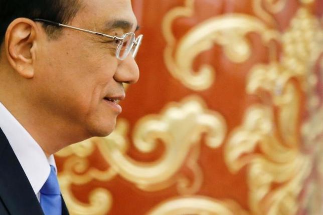 3月15日、中国の李克強首相は、全国人民代表大会(全人代、国会に相当)閉幕にあたって記者会見し、香港経済に対する支援策として、中国本土と香港をつなぐ債券市場の相互取引制度の年内導入を検討していることを明らかにした(2017年 ロイター/Damir Sagolj)