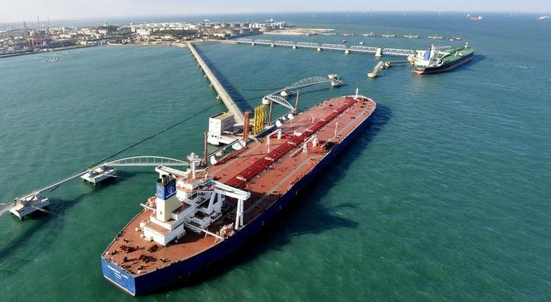 FILE PHOTO: A general view of a crude oil importing port in Qingdao, Shandong province, November 9, 2008.    REUTERS/Stringer/File Photo