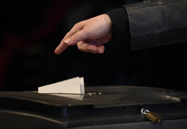 3月15日、オランダ下院選投票率が、前回2012年選挙を大きく上回っている。写真はハーグの投票所で同日撮影(2017年 ロイター/Dylan Martinez)