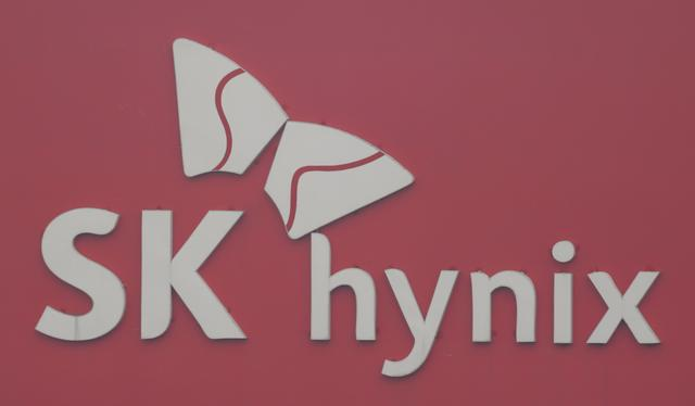 FILE PHOTO: The logo of SK Hynix is seen at a plant in Icheon, about 80 km (50 miles) southeast of Seoul, January 30, 2013.    REUTERS/Lee Jae-Won/File Photo