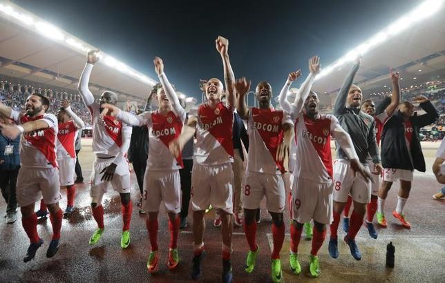 3月15日、サッカーの欧州CL16強第2戦、モナコがホームでマンチェスター・シティーに勝利。第1戦からの逆転で8強進出を果たした。写真は試合後に喜ぶモナコの選手たち(2017年 ロイター)
