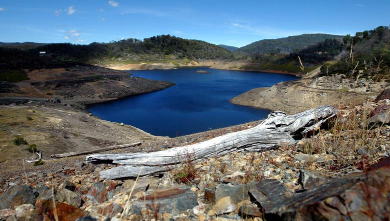 FILE PHOTO: Tooma Reservoir, about 130 kilometres (80 miles) south west of Canberra, which is part of the Snowy Mountains Hydro Electric Scheme, is pictured in this February 28, 2004 file photo.  REUTERS/Tim Wimborne/File Photo