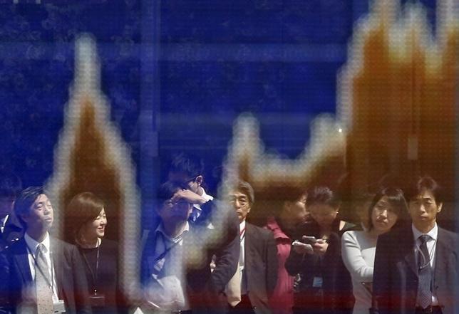 3月16日、東京株式市場で日経平均は3日ぶりの小反発。米FOMC後に為替が円高方向に振れたことが重しとなったが、指数の下げは限定的だった。オランダ下院選への警戒感が後退したことは支援材料。写真は株価ボード。都内で2015年3月撮影(2017年 ロイター/Issei Kato)