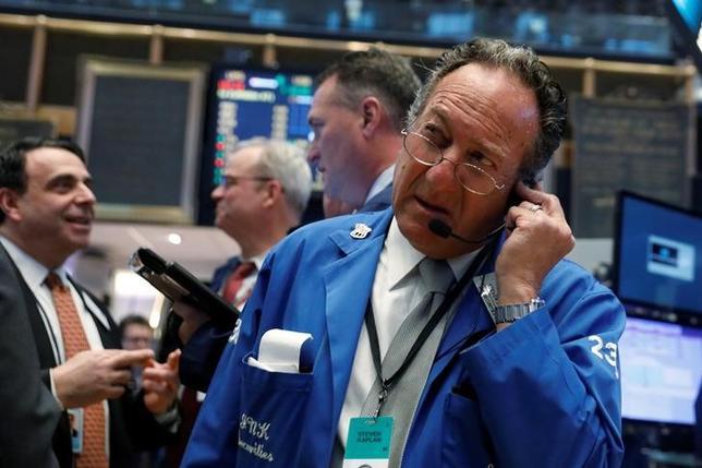 3月16日、米国株式市場はダウ工業株30種とS&P総合500種の両指数が反落して取引を終えた。写真はNY証券取引所のトレーダー(2017年 ロイター/Lucas Jackson)
