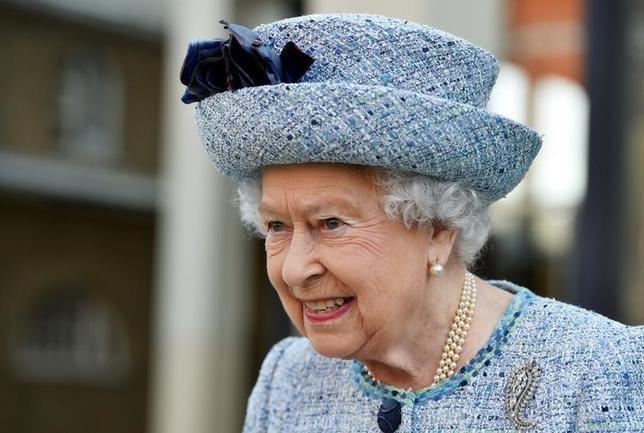 3月16日、英国のエリザベス女王(写真)は、欧州連合(EU)離脱手続き開始に向けてリスボン条約第50条を発動する権限をメイ首相に与える法案を承認、同法は成立した。ロンドンで撮影(2017年 ロイター/Hannah McKay)