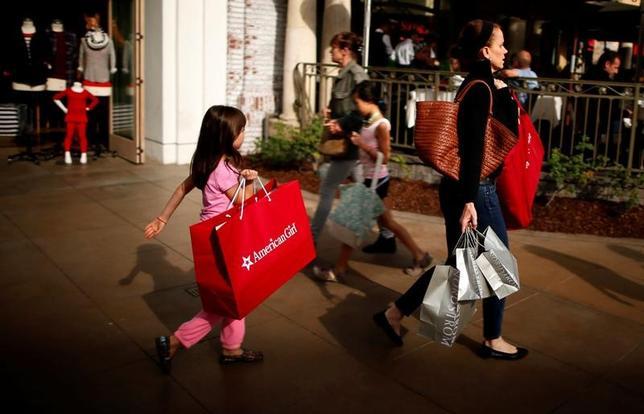 3月15日、世界的な物価上昇圧力を背景にもはやデフレの脅威は過去のものになったと受け止めた投資家は、物価連動国債で身を守ろうとし始めている。写真は米カリフォルニア州ロサンゼルスで買い物する人たち。2013年11月撮影(2017年 ロイター/Lucy Nicholson)