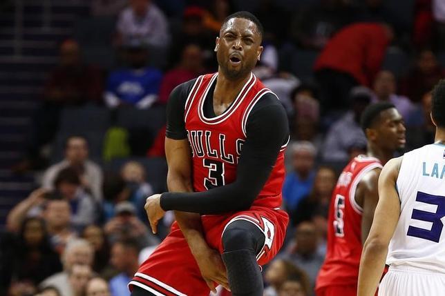 3月16日、米プロバスケットボール協会(NBA)のブルズは16日、ガードのドウェイン・ウェードがひじの故障で今季絶望となったことを発表した。13日撮影(2017年 ロイター/Jeremy Brevard-USA TODAY Sports)