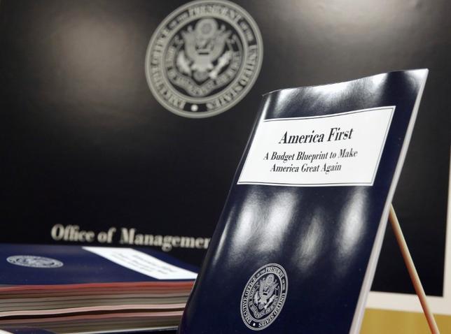 3月16日、トランプ米大統領が発表した2018会計年度の予算案概要は、リスク管理の悪しき見本だ。写真は公表された予算案の冊子。ワシントンで撮影(2017年 ロイター/Joshua Roberts)