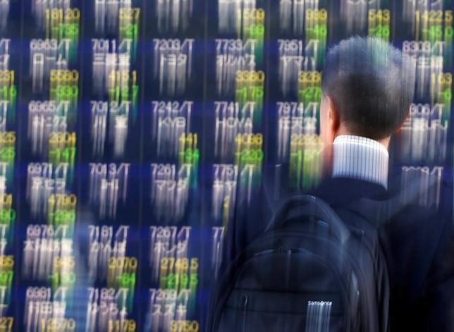 3月17日、寄り付きの東京株式市場で、日経平均株価は前日比79円25銭安の1万9510円89銭となり、続落して始まった。都内で昨年11月撮影(2017年 ロイター/Issei Kato)