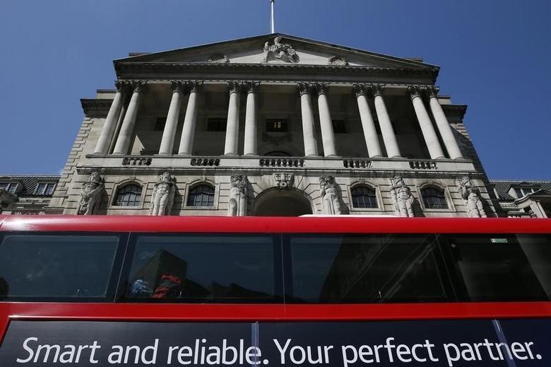 2015年5月资料图片:一辆巴士路过英国央行总部。REUTERS/Stefan Wermuth