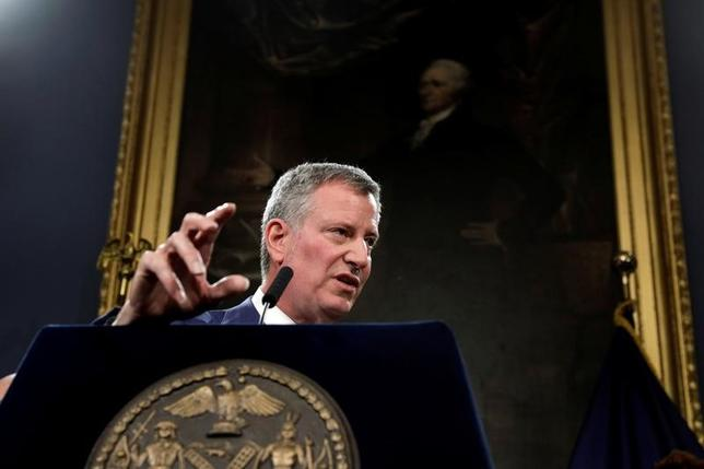 3月16日、トランプ米政権が公表した2018会計年度の予算案概要に対し、各地で懸念の声が上がっている。写真は高齢者サービスから交通プロジェクト、テロ対策まで幅広いサービスが打撃を受けると述べたニューヨーク市のビル・デブラシオ市長。ニューヨーク市庁舎で・ジェームズ・オニール・ニューヨーク市警察長官と共に発言した(2017年 ロイター/Lucas Jackson)
