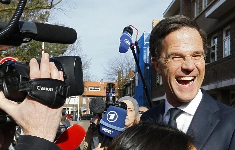 3月15日,荷兰首相、VVD党领导人吕特在议会选举投票后向支持者致意。REUTERS/Michael Kooren