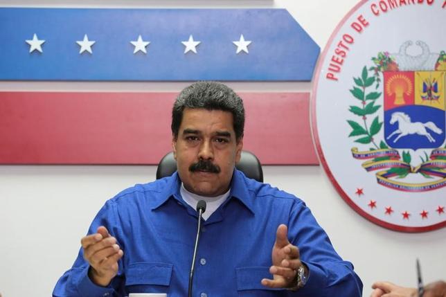 3月16日、経済危機に見舞われているベネズエラで今週、ブラウニーや菓子パンなどを違法に製造したとしてパン職人4人が逮捕された。マドゥロ大統領(写真)は、食料品不足への対策として、小麦の90%を、より高価な菓子パンやケーキではなく、食事用パンに使うよう求めるルールを施行している。14日撮影の提供写真(2017年 ロイター/ Miraflores Palace)