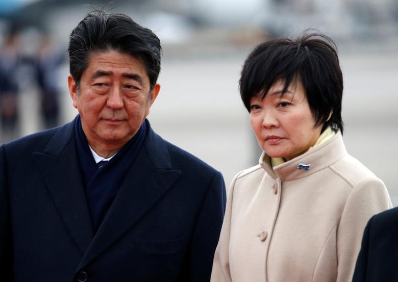 2017年2月28日,日本东京,日本首相安倍晋三与妻子在机场为出访的天皇送行。REUTERS/Issei Kato