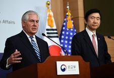 """La política estadounidense de paciencia estratégica con Corea del Norte se ha acabado, dijo el viernes en Corea del Sur el secretario de Estado, Rex Tillerson, añadiendo que la acción militar estará """"sobre la mesa"""" si Corea del Norte eleva el nivel de amenaza. En la imagen, el secretario de Estado de Estados Unidos Rex Tillerson (I) habla en una rueda de prensa con el ministro de Asuntos Exteriores de Corea del Sur Yun Byung-Se en Seúl, Corea del Sur, el 17 de marzo de 2017. REUTERS/JUNG Yeon-Je/Pool"""