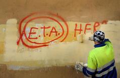 ETA anunciará sus planes de desarme para el próximo 8 de abril, dijo el viernes el diario francés Le Monde citando a un activista de la lucha abertzale y confirmó el gobierno vasco. En la imagen, un trabajador municipal borra un grafitti  sobre ETA el 21 de octubre de 2011. REUTERS/Vincent West