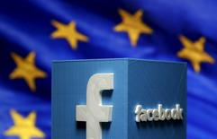 Les géants de l'internet, Facebook, Google et Twitter devront modifier d'ici un mois leurs conditions générales d'utilisation sous peine d'une amende, a déclaré vendredi un responsable de la Commission européenne (CE). /Photo d'archives/REUTERS/Dado Ruvic