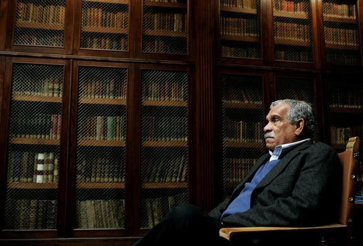 Literature Nobel laureate Derek Walcott sits inside the library of Oviedo's University, March 2006.    REUTERS/Eloy Alonso