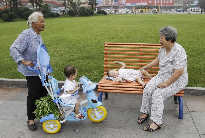 Grandmothers chat as they take care of their grandchildren on a street in Xiangfan, Hubei province July 11, 2008. REUTERS/Stringer