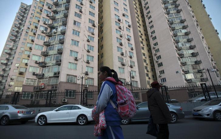 资料图片:北京,一名学生路过一处学区房附近的马路。REUTERS/Iris Zhao