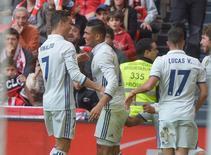 El Real Madrid se afianzó el sábado al frente de la Liga española con cinco puntos de ventaja tras ganar por 2-1 un complicado partido en casa del Athletic Bilbao, gracias a un gol del centrocampista brasileño Casemiro. En la imagen, Ronaldo, Casemiro y Lucas Vázquez celebran el gol del jugador brasileño REUTERS/Vincent West - RTX31N4A