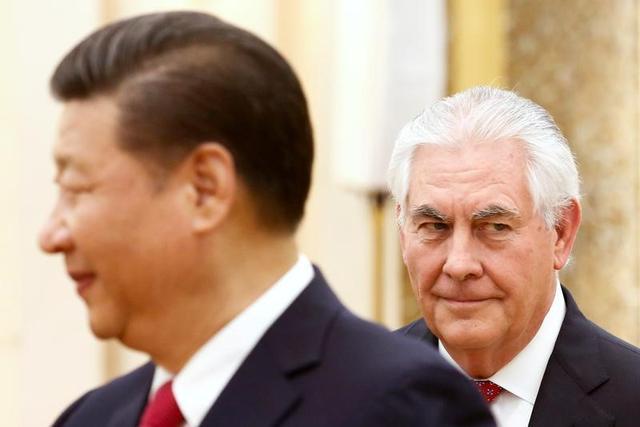 3月19日、ティラーソン米国務長官(写真右)は中国の習近平国家主席(左)と会談し、初のアジア歴訪を終えた。北朝鮮問題での協力で合意したものの、微妙な問題への言及は避け、習主席が同長官に配慮を示したかたちとなった。北京で同日撮影(2017年 ロイター/Thomas Peter)