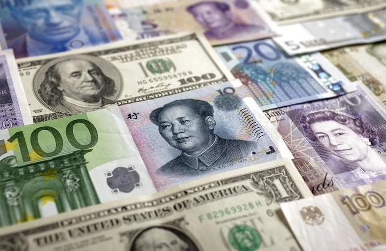 资料图片:2011年1月,美元、欧元、人民币、英镑、日圆、瑞郎和卢布等币种。REUTERS/Kacper Pempel