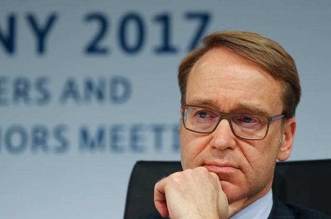 3月19日、ECB理事会メンバーのワイトマン独連銀総裁は、ロイターのインタビューに応え、G20財務相・中央銀行総裁会議で銀行規制の見直しで合意したことがそのまま金融市場の規制緩和につながるとは限らないとの認識を示した。写真は18日バーデンバーデンで撮影(2017年 ロイター/Kai Pfaffenbach)
