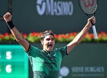 El tenista suizo Roger Federer venció el domingo a su compatriota Stanislas Wawrinka por 6-4 y 7-5 en la final del BNP Paribas Open, conquistando su quinto título en Indian Wells y convirtiéndose en el campeón más veterano del torneo. En la imagen, Roger Federer celebra la victoria del punto de partido en la final del Abierto BNP Paribas en Indian Wells, California, EEUU, el 19 de marzo de 2017. Jayne Kamin-Oncea-USA TODAY Sports