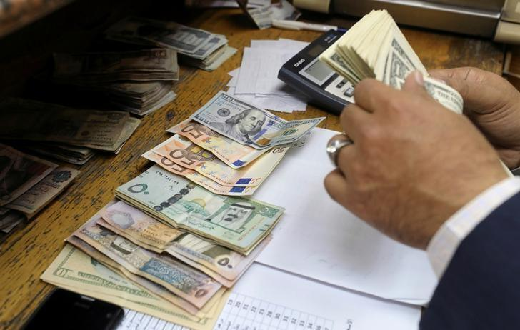 A man counts U.S dollar and Euro banknotes at a money exchange office in central Cairo, Egypt, March 7, 2017. REUTERS/Mohamed Abd El Ghany