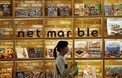 Netmarble Games, le premier éditeur sud-coréen de jeux vidéos pour mobiles, a fixé lundi une fourchette de valorisation de 2.050 milliards à 2.660 milliards de wons (1,70 à 2,20 milliards d'euros) pour son introduction en Bourse (IPO), qui pourrait être la deuxième plus importante jamais réalisée dans le pays. /Photo d'archives/REUTERS/Kim Hong-Ji