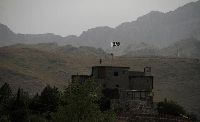 Pakistani soldiers stand guard on a rooftop at the borber post in Torkham, Pakistan June 18, 2016. REUTERS/Fayaz Aziz/Files