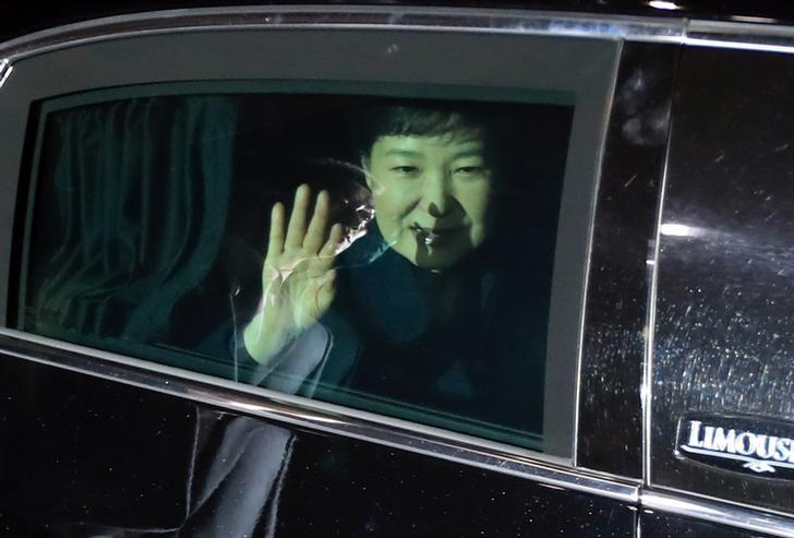 South Korea's ousted leader Park Geun-hye sitting inside a vehicle waves to her supporters upon her arrival to her private house in Seoul, South Korea, March 12, 2017.    Seo Myeong-gon/Yonhap via REUTERS