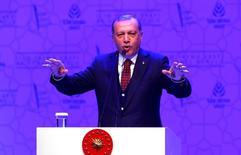"""Alemania dijo el lunes que era inaceptable la acusación del presidente turco Tayyip Erdogan de que la canciller Angela Merkel estaba """"aplicando métodos nazis"""" contra turcos y trabajadores del gobierno turco en Alemania. Imagen del presidente turco Tayyip Erdogan dando un discurso en Estambul, Turquía, el 19 de marzo de 2017. REUTERS/Murad Sezer"""