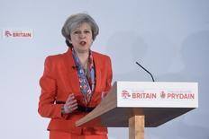 La Primera Ministra Theresa May dará el pistoletazo de salida al Brexit invocando el próximo 29 de marzo el artículo 50 del Tratado de Lisboa, la notificación formal de la intención del Reino Unido de abandonar la Unión Europea, dijo el lunes un portavoz de la líder británica. En la imagen, la primera ministra británica Theresa May en un foro del Partido Conservador en Cardiff, Gales, el 17 de marzo de 2017. REUTERS/Rebecca Naden