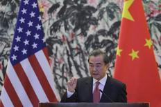 Министр иностранных дел Китая Ван И выступает на совместной пресс-конференции с госсекретарем США Рексом Тиллерсоном. Руководство КНР собирает консультации исследовательских центров и политических советников о том, как можно противостоять ограничению торговли, инициированному президентом США Дональдом Трампом, готовясь к худшему сценарию, хотя надежда на деловые переговоры всё ещё остаётся. REUTERS/Lintao Zhang/Pool
