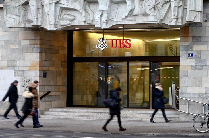 People walk past a branch office of Swiss bank UBS in Zurich, Switzerland January 27, 2017. REUTERS/Arnd Wiegmann