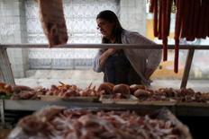 Mulher observa banca com carnes em feira do Rio de Janeiro. 06/05/2016 REUTERS/Pilar Olivares