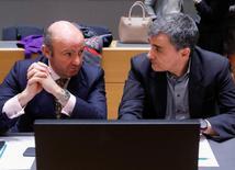 """España habría superado en 2016 el objetivo comprometido con Bruselas de reducir el déficit público """"incluso por debajo"""" del 4,6 por ciento del PIB, según indicó el ministro de Economía, Luis de Guindos, a periodistas a la entrada de una reunión del Eurogrupo en Bruselas. En la imagen, el ministro de finanzas griego Euclid Tsakalotos (D) y el ministro de Economía español Luis de Guindos en la reunión de ministros de Finanzas de la zona euro en Bruselas, Bélgica, el 20 de marzo de 2017. REUTERS/Yves Herman"""