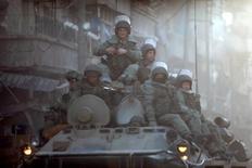 Российские военнослужащие патрулируют улицы Алеппо. 2 февраля 2017 года. Россия в понедельник опровергла заявление представителя курдских повстанцев о планах строительства новой военной базы на северо-западе Сирии. REUTERS/Omar Sanadiki
