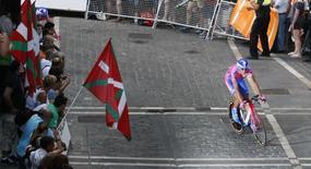 متسابق الدراجات الايطالي دافيدي سيمولاي - صورة من أرشيف رويترز.