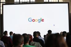 Google a présenté lundi ses excuses pour avoir laissé s'afficher des messages publicitaires accolés à des vidéos au contenu haineux, alors que des annonceurs comme Marks & Spencer et HSBC ont retiré leurs publicités des sites du moteur de recherche en Grande-Bretagne. /Photo d'archives/REUTERS/Beck Diefenbach