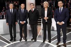 Le premier débat télévisé entre les cinq principaux candidats à l'élection présidentielle a donné lieu lundi soir sur TFI et LCI à un affrontement sur les questions de sécurité, de migration et de laïcité, selon un clivage gauche-droite des plus classiques. /Photo prise le 20 mars 2017/REUTERS/Patrick Kovarik
