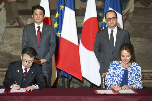French Ecology Minister Segolene Royal and Japanese Economy, Trading and Industry Minister Hiroshima Seko sign an agreement in front of French President Francois Hollande and Japanese Prime Minister Shinzo Abe at the Elysee Palace in Paris, France, March 20, 2017. REUTERS/Etienne Laurent/Pool